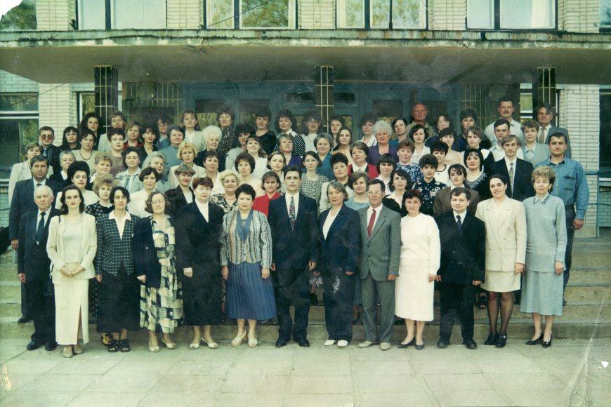 Коллектив в день 25 летия школы во главе с Игорем Сергеевичем Филипповым, 1999 год