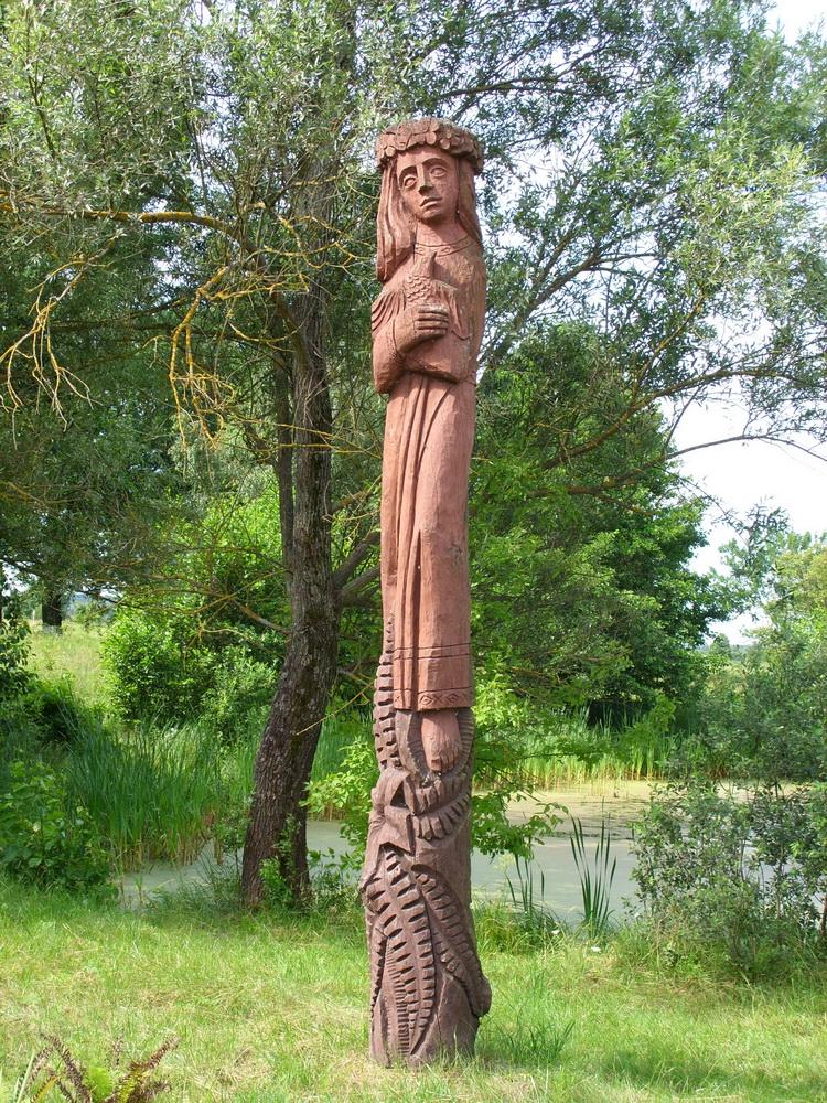 Парк украшают деревянные скульптуры, сделанные под чутким взором Анатолия Туркова