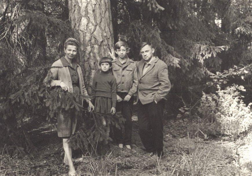 В Беловежской Пуще Замулко (Андреюк) Людмила Петровна с детьми Таней и Геной, и двоюродным братом Андреюком Михаилом Ивановичем, 1967 год