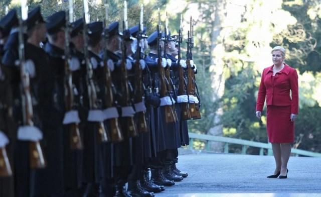 Predsjednicu Kolindu Grabar Kitarović prvi radni dan na Pantovčaku dočekala je zaštitno-počasna bojna.