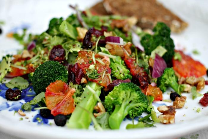 salat med broccoli og nødder