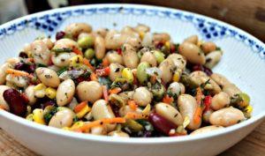 Bønnesalat med majs,oliven,rød peber