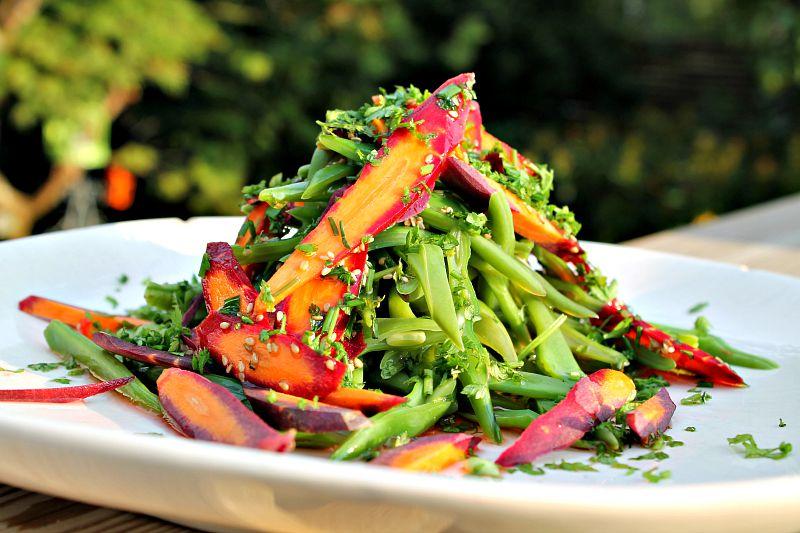 Grønne bønner kogte med lilla gulerødder