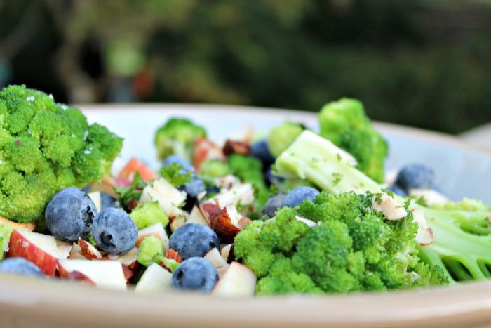 broccolisalat med blåbær,nødder samt æbler