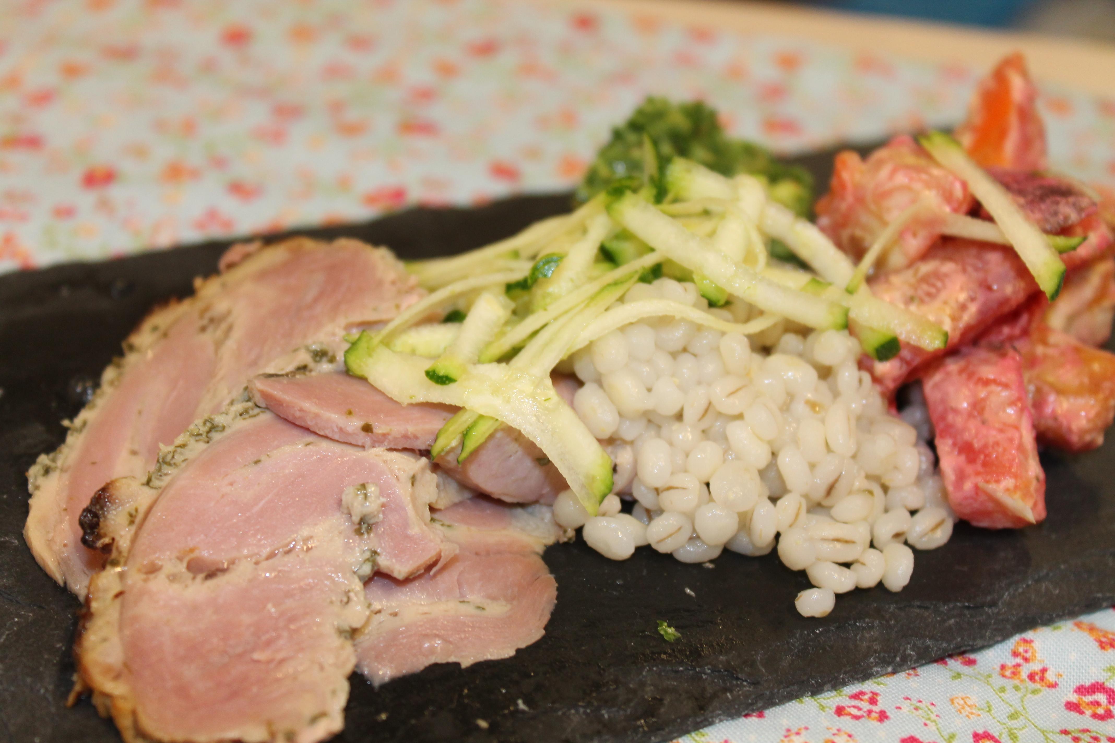 Kalkun rullesteg med kogte perlespelt, pesto samt ovnbagte rodfrugter