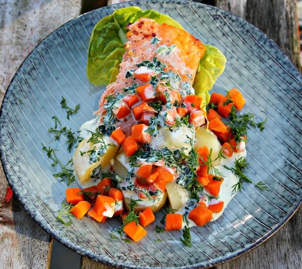 Ovnbagt Laks, kartofler, gulerødder samt kold sauce af cremefraiche