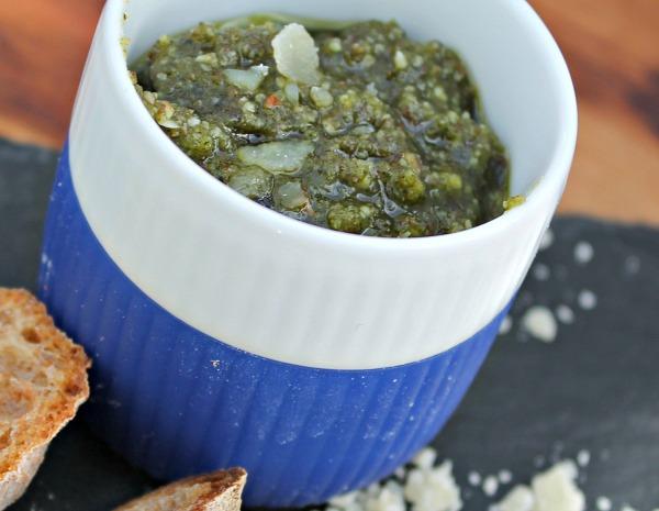 Pesto af ærteskud og solsikkekerner
