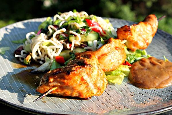 Kylling Satay med nudelsalat og cremet jordnøddesauce
