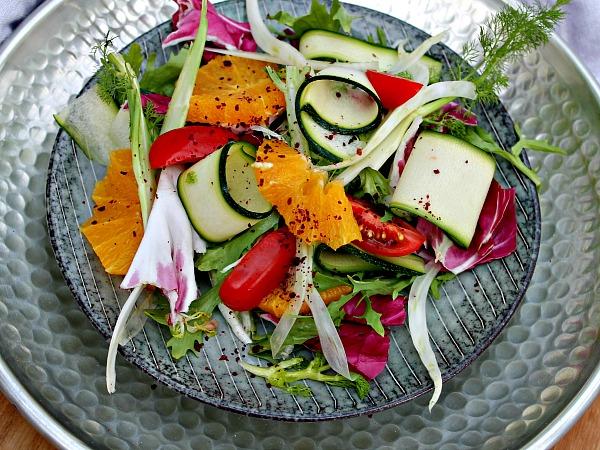 Salat samt ovnbagt kylling med oliven –  Foccacia med rødløg