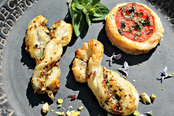 Snoet fingerbrød med pistaciepesto samt små tomat tarteletter