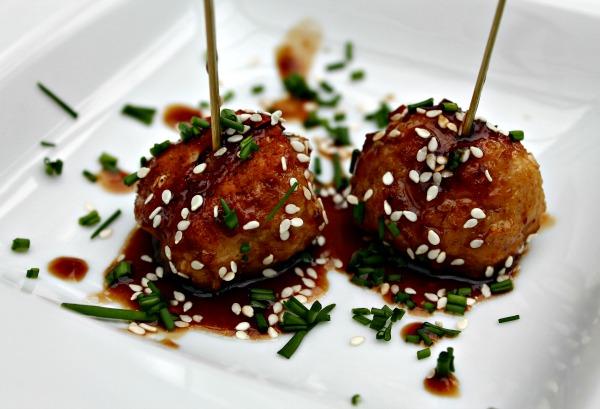 Glaseret kødboller med ris