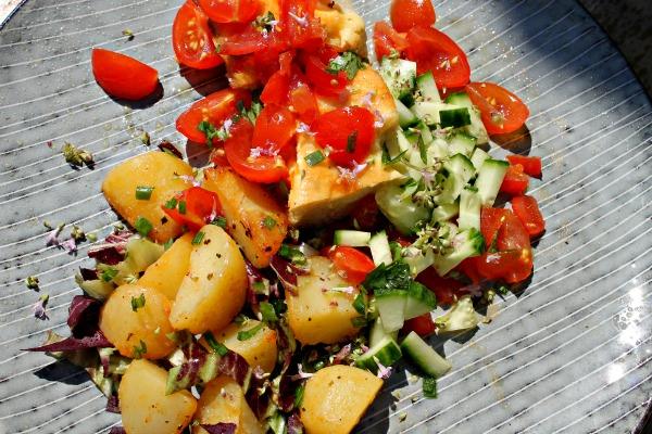 Æggekage m/kartofler samt rød peber, brassede kartofler, tomatsalsa samt agurk vendt i hyldeblomst