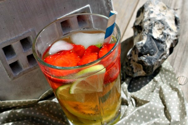 Jordbæriste med en mild smag af lakrids – læskende sund sommerdrink