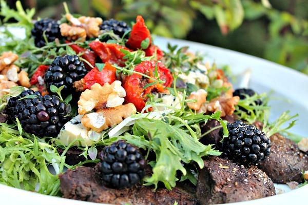 Salat med stegt andelever – brombær, soltørret tomater samt blåskimmelost