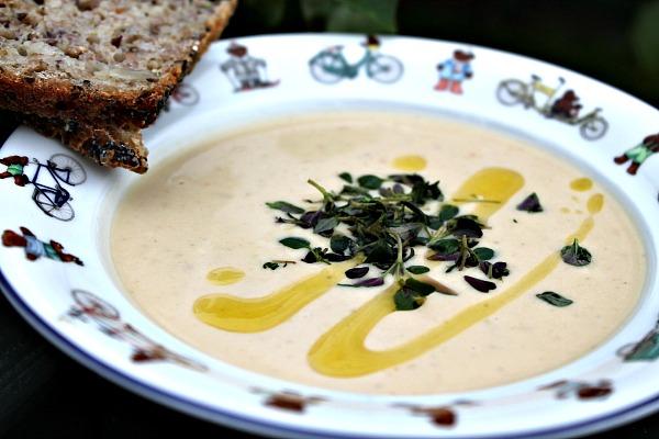 Cremet suppe af søde kartofler , chili samt græsk yoghurt