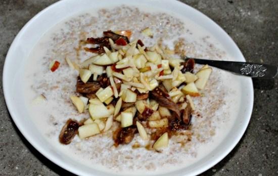 Boghvedegrød med mandelmælk – figner, dadler og æbler vendt i kanel
