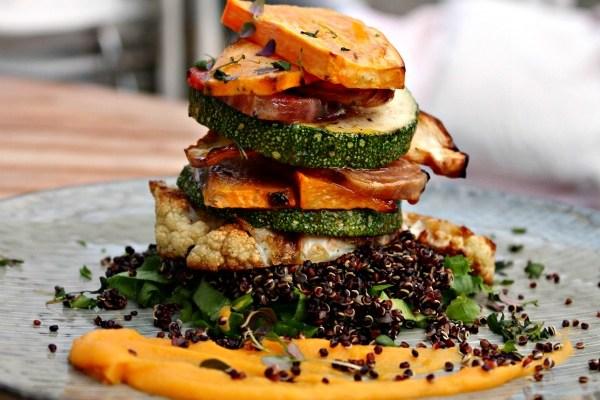Rosmarin- citron bagte rodfrugter i stabler med sort Quinoa – salat serveret på en anderledes måde