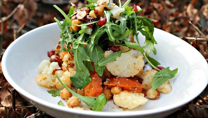 Salat med ristet kikærter, blomkål, tomater, nødder, rødløg  samt rucola