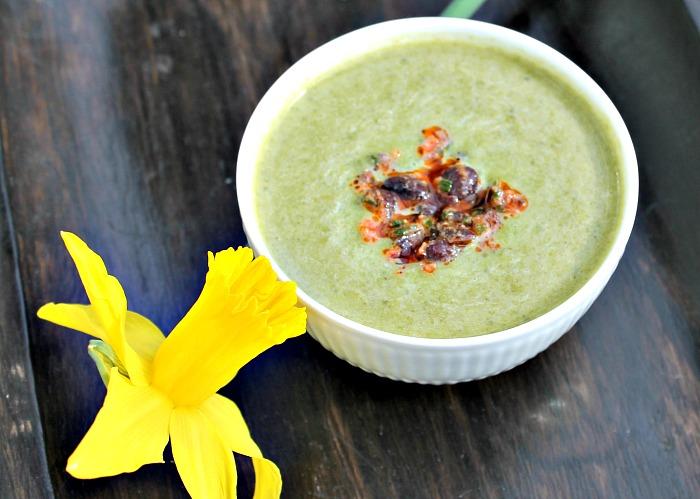 Spinat – broccoli suppe med kokos, topping af sorte bønner og soltørret tomater