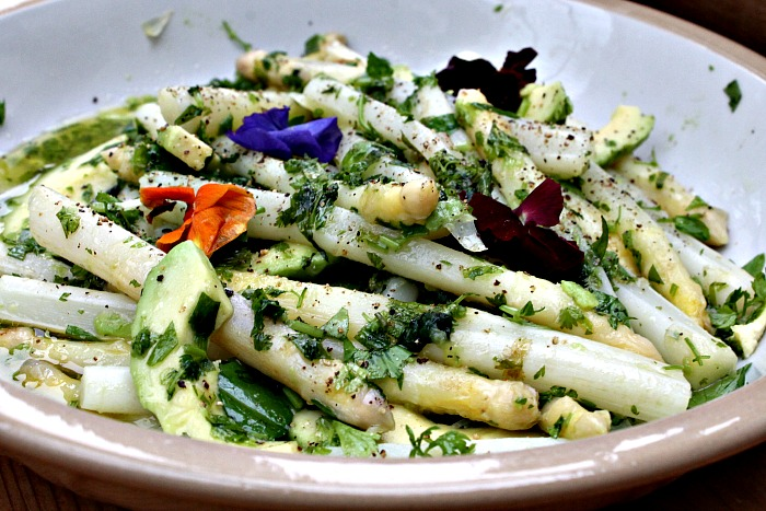 Salat med asparges og avocado og friske krydderurter