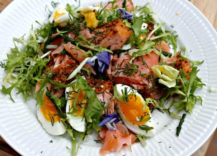 Salat med 2 forskellige slags laks, roastbeef og torskerogn