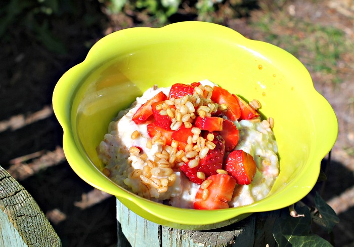Speltgrød med jordbær samt ristet speltkerner i honning