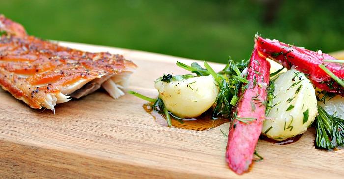 Rabarber salat med kartofler, fennikel og dild – serveret med røget makrel