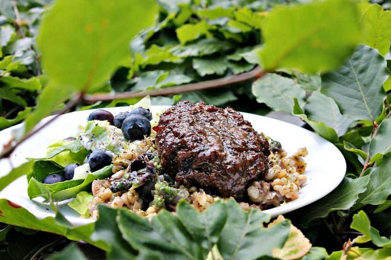 Hakkebøf med perlebyg vendt med bagte løg/persille og salat