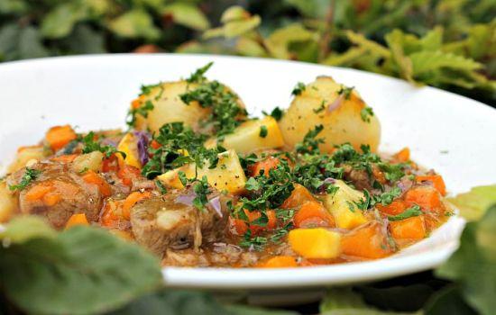 Gryderet med kalvespidsbryst & grønne bønner, lilla gulerødder