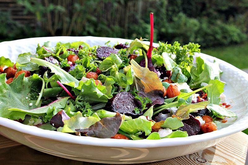 Salat med bagte rødbeder, krydret kikærter samt feta