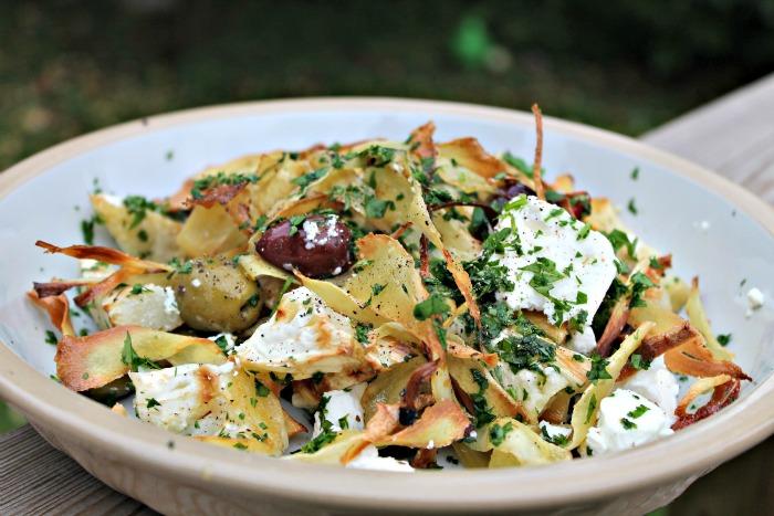 Bagte knoldselleri med feta, oliven samt pastinak chips