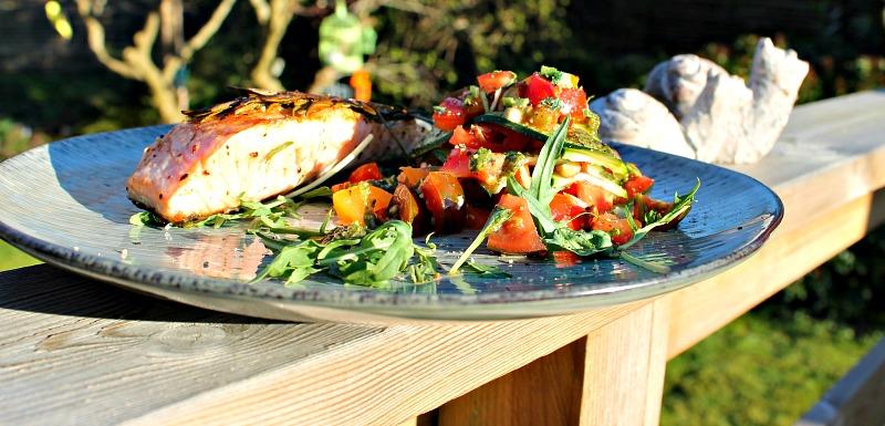 Laks med courgetter med saftig fyld af tomater, salat samt basilikum