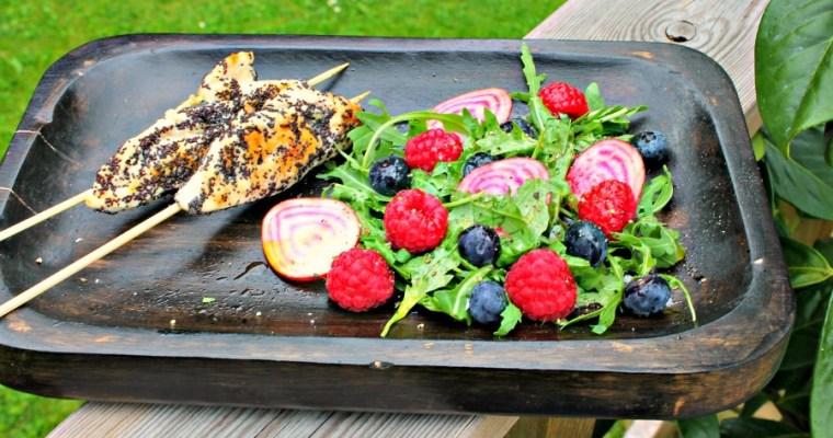 Kyllingespyd med birkes – salat med hindbær samt blåbær