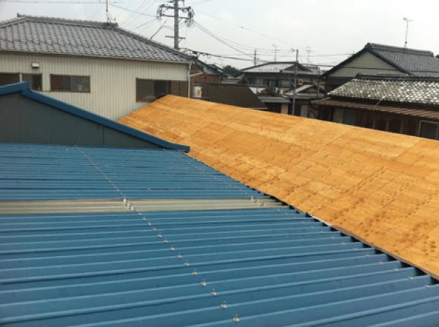 屋根:小波貼 材料:カラーガルバリウム鋼板  樋:角樋(V500)