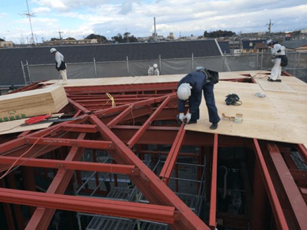 屋根:立葺(勘合立平葺き) 材料:カラーガルバリウム鋼板 樋:箱樋(耐酸被覆鋼板)