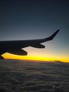 飛行機の座席は景色の見える窓側を取りたい。