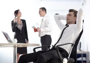 リラックスして座る男性