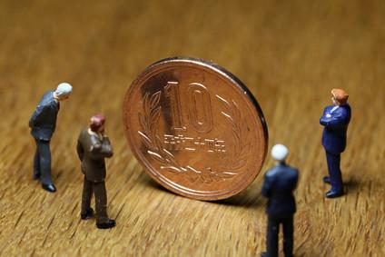 10円玉を見る人たち