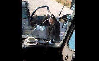Παπάς σπάει λεωφορείο
