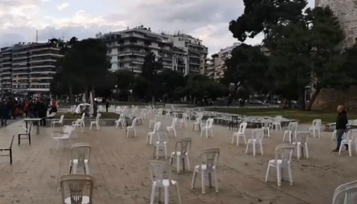 Αδειες καρέλες στην παραλία