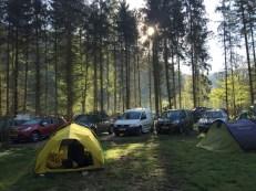 Onze tent bij geparkeerde auto's