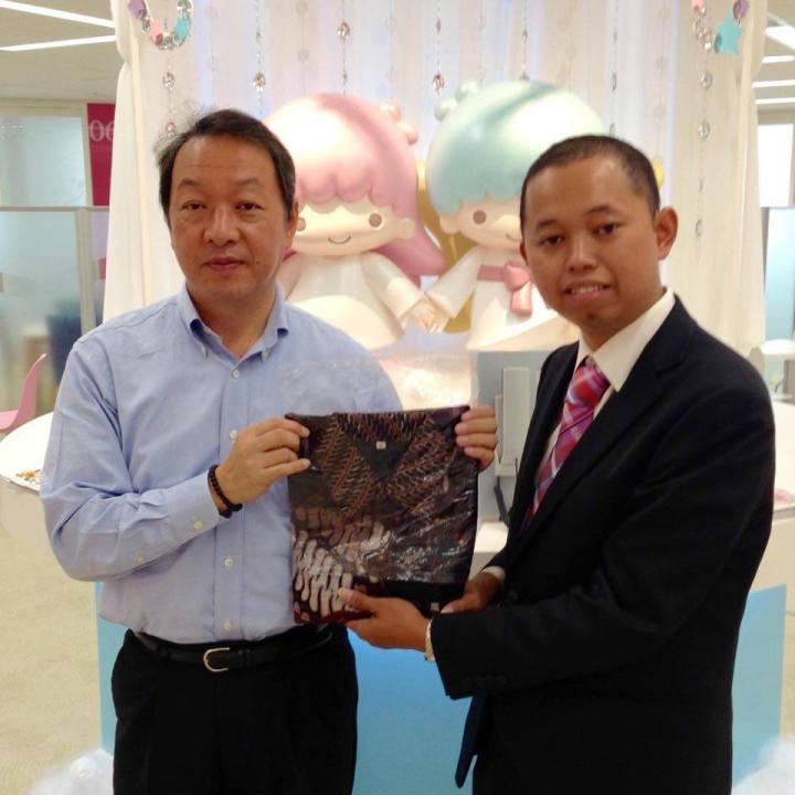 Miftakhul Huda sempat bertemu dan memberikan baju batik kepada pencipta karakter Hello Kitty.
