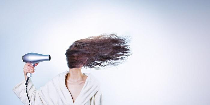 3 úžasné výhody konopného oleje pro vaše vlasy
