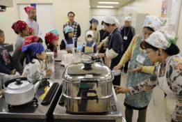 環境フォーラムでのエコクッキングの様子。地産の小松菜を使った蒸しケーキ作り