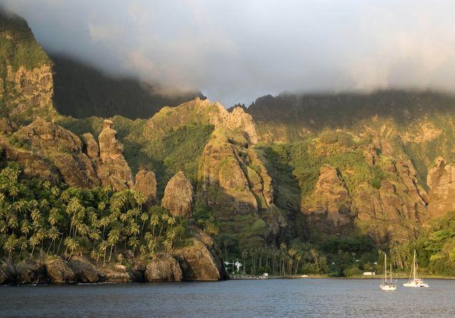 La-baie-de-Hatiheu-ses-gigantesques-parois-rocheuses-sur-lesquelles-une-statue-de-la-Vierge-a-ete-erigee