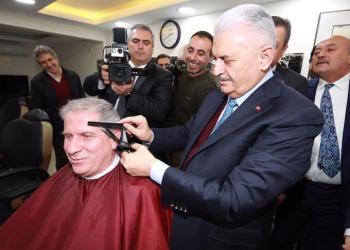 Başbakan Yıldırım bir vatandaşı tıraş etti