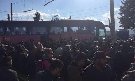 околу 600 бегалците од Идомени се транспортирани кон внатрешноста на Грција.