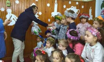 Фото – Академијата и Горан Пандев делеа пакетчиња во струмичките детски градинки