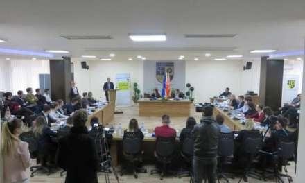 Видео-Струмичките средношколци во улога на советници – дебатираа и донесоа одлука за кружен тек на Климент Охридски