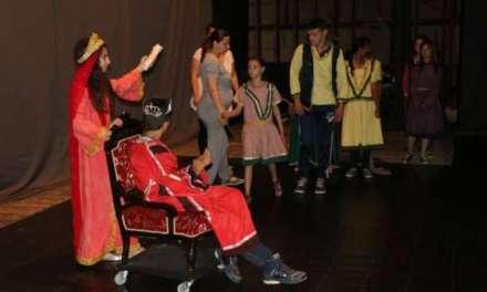 Видео – Утревечер театарска претстава на деца со посебни потреби заедно со деца од редовна настава ,,Кралството на Снежана и џуџињата,,
